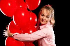 Hübsche Frau in der Bluse mit roten Ballonen Lizenzfreie Stockfotografie