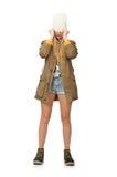 Hübsche Frau in der kurzen Jeanshose lokalisiert auf Weiß Lizenzfreie Stockfotografie