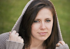 Hübsche Frau in der mit Kapuze Strickjacke Lizenzfreie Stockfotografie