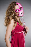 Hübsche Frau in der rosafarbenen Schablone Lizenzfreie Stockfotos