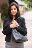 Hübsche Frau in der schwarzen Jacke und im grauen Kleid. Stockfotos