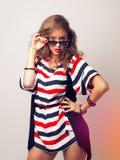 Hübsche Frau in der Sonnenbrille im Studio lizenzfreie stockfotos
