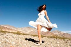 Hübsche Frau in der Wüste stockbilder