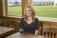 Hübsche Frau in der Weinkellerei oder Bar mit Rotwein Stockfoto