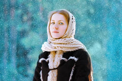 Hübsche Frau des Porträts im Schal draußen im Winter Lizenzfreies Stockbild