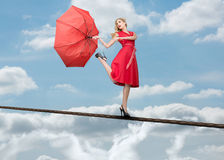 Hübsche Frau, die über den Wolken steht Stockbild