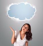 Hübsche Frau, die abstrakten Wolkenkopienraum schaut Stockbilder