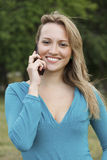 Hübsche Frau, die auf mobilem Handy spricht Lizenzfreie Stockfotografie