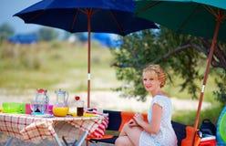 Hübsche Frau, die auf Sommerpicknick sich entspannt lizenzfreies stockfoto