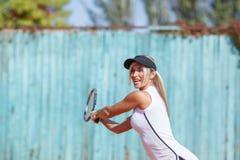 Hübsche Frau, die Badminton auf dem unscharfen Hintergrund spielt Sportausrüstungskonzept Kopieren Sie Platz Lizenzfreies Stockfoto