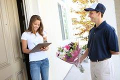 Hübsche Frau, die Blumen empfängt Lizenzfreies Stockbild