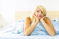 Hübsche Frau, die in das träumende Bett legt Stockfotos