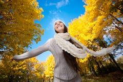 Hübsche Frau, die in den Herbstpark geht Lizenzfreies Stockfoto