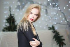 Hübsche Frau, die den Weihnachtsbaum verziert Lizenzfreie Stockfotos