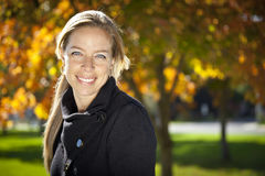 Hübsche Frau, die in der Natur lächelt Stockbilder