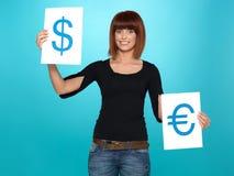 Hübsche Frau, die Dollar und Eurozeichen zeigt Lizenzfreies Stockfoto