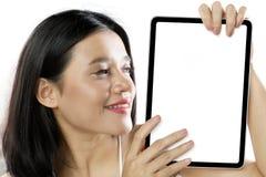 Hübsche Frau, die ein leeres Brett zeigt stockbilder