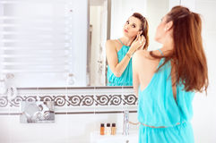 Hübsche Frau, die ein Make-up im Badezimmer tut stockbild