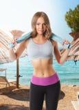 Hübsche Frau, die ein Training auf dem Strand tut Stockbilder