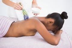 Hübsche Frau, die eine Aromatherapiemassage genießt Lizenzfreies Stockfoto