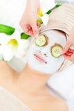 Hübsche Frau, die eine Gesichtsmaske hat Lizenzfreie Stockfotos