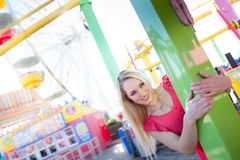 Hübsche Frau, die an einem Amuesment Park lächelt Stockbild