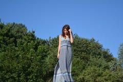 Hübsche Frau, die in einem Park denkt Lizenzfreie Stockfotografie