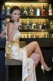 Hübsche Frau, die in einem Stab trinkt Stockbilder