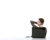 Hübsche Frau, die einen Kopfhörer mit copyspace trägt Lizenzfreies Stockfoto