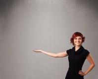 Hübsche Frau, die einen leeren Exemplarplatz darstellt lizenzfreie stockfotos