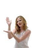 Hübsche Frau, die eingebildetes Produkt anhält Lizenzfreie Stockbilder