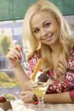 Hübsche Frau, die Eiscreme isst Lizenzfreies Stockbild