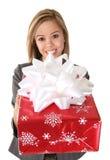 Hübsche Frau, die Geschenk gibt stockfotos
