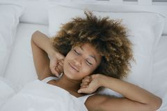 Hübsche Frau, die glücklich weckt Stockfotografie