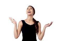 Hübsche Frau, die herzlich lacht stockfotografie