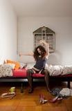 Hübsche Frau, die in ihr Bett ausdehnt Lizenzfreie Stockfotos