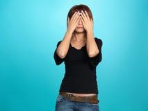 Hübsche Frau, die ihre Augen abdeckt Lizenzfreie Stockfotografie