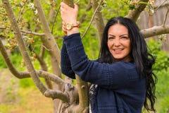 Hübsche Frau, die im Garten aufwirft Stockfotos