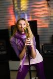Hübsche Frau, die am Konzert singt Stockfoto