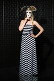 Hübsche Frau, die langes Kleid trägt Lizenzfreie Stockfotografie