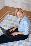 Hübsche Frau, die am Laptop arbeitet Lizenzfreies Stockfoto