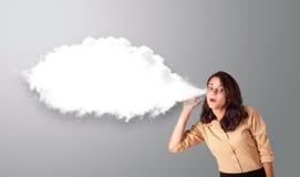 Hübsche Frau, die mit abstraktem Wolkenkopienraum gestikuliert Stockbilder