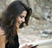 Hübsche Frau, die mit Freudenglück reagiert lizenzfreie stockfotos