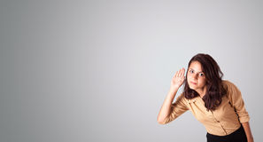 Hübsche Frau, die mit Kopienraum gestikuliert Lizenzfreies Stockbild
