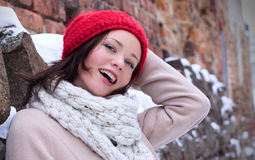 Hübsche Frau, die mit roter Schutzkappe lacht stockbild