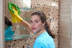 Hübsche Frau, die Reinigung tut Lizenzfreie Stockfotografie