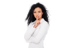 Hübsche Frau, die Ruhezeichen bildet lizenzfreie stockfotografie