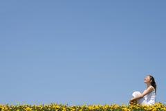 Hübsche Frau, die Sonnenschein genießt Stockfotografie