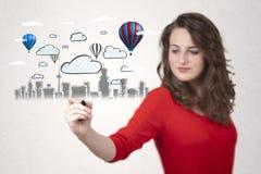 Hübsche Frau, die Stadtbild mit bunten Ballonen skizziert Lizenzfreie Stockbilder