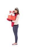 Hübsche Frau, die Stapel von Geschenken hält Lizenzfreie Stockfotografie
